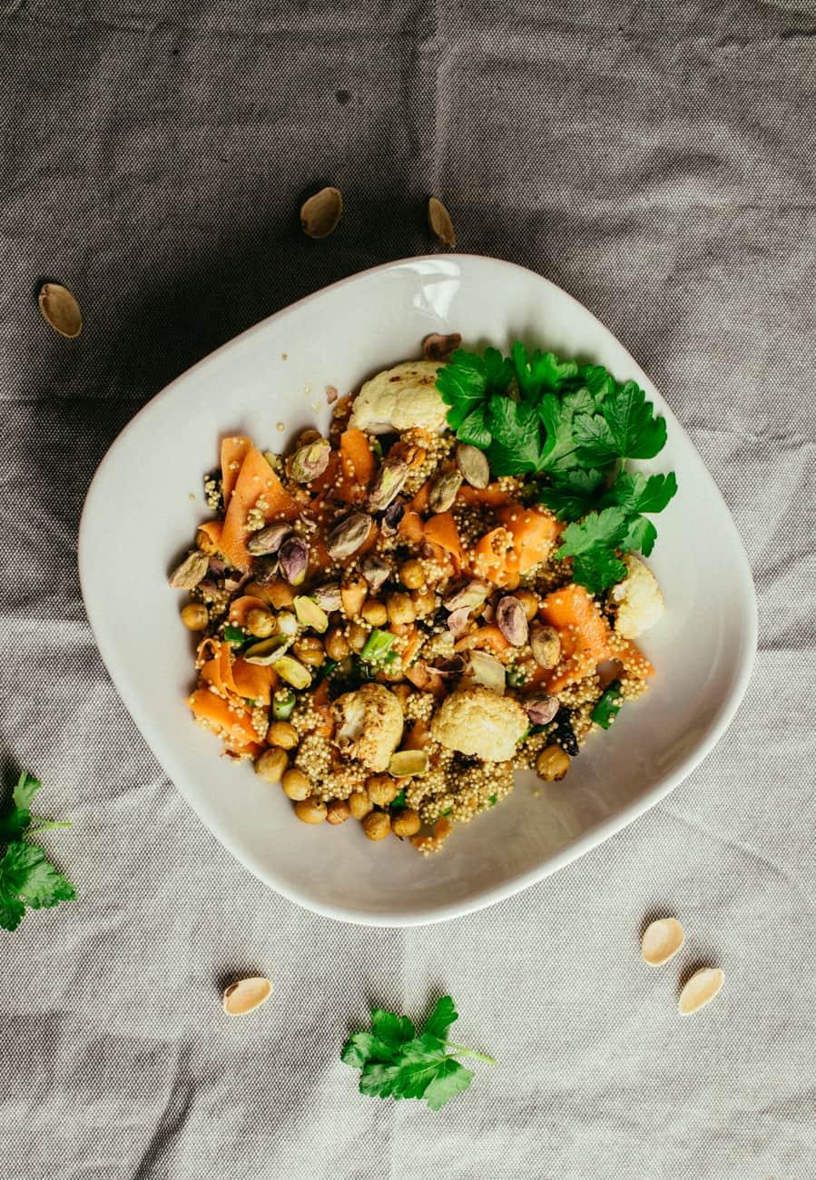 Kvinoaa kasviksilla ja kikherneillä