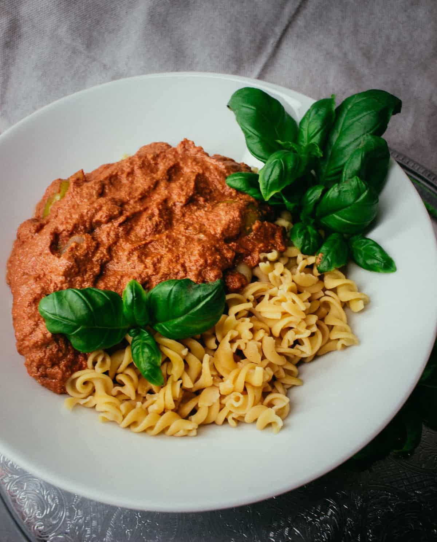 Tomaattinen saksanpähkinä- pasta