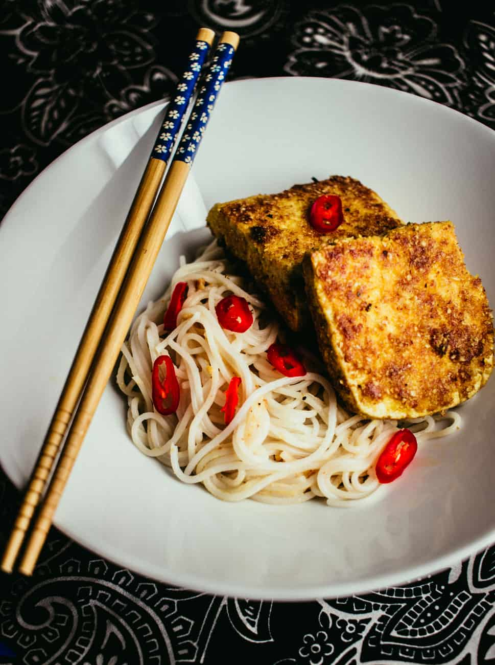 Kookoskuorrutettu tofu ja pähkinänuudelit