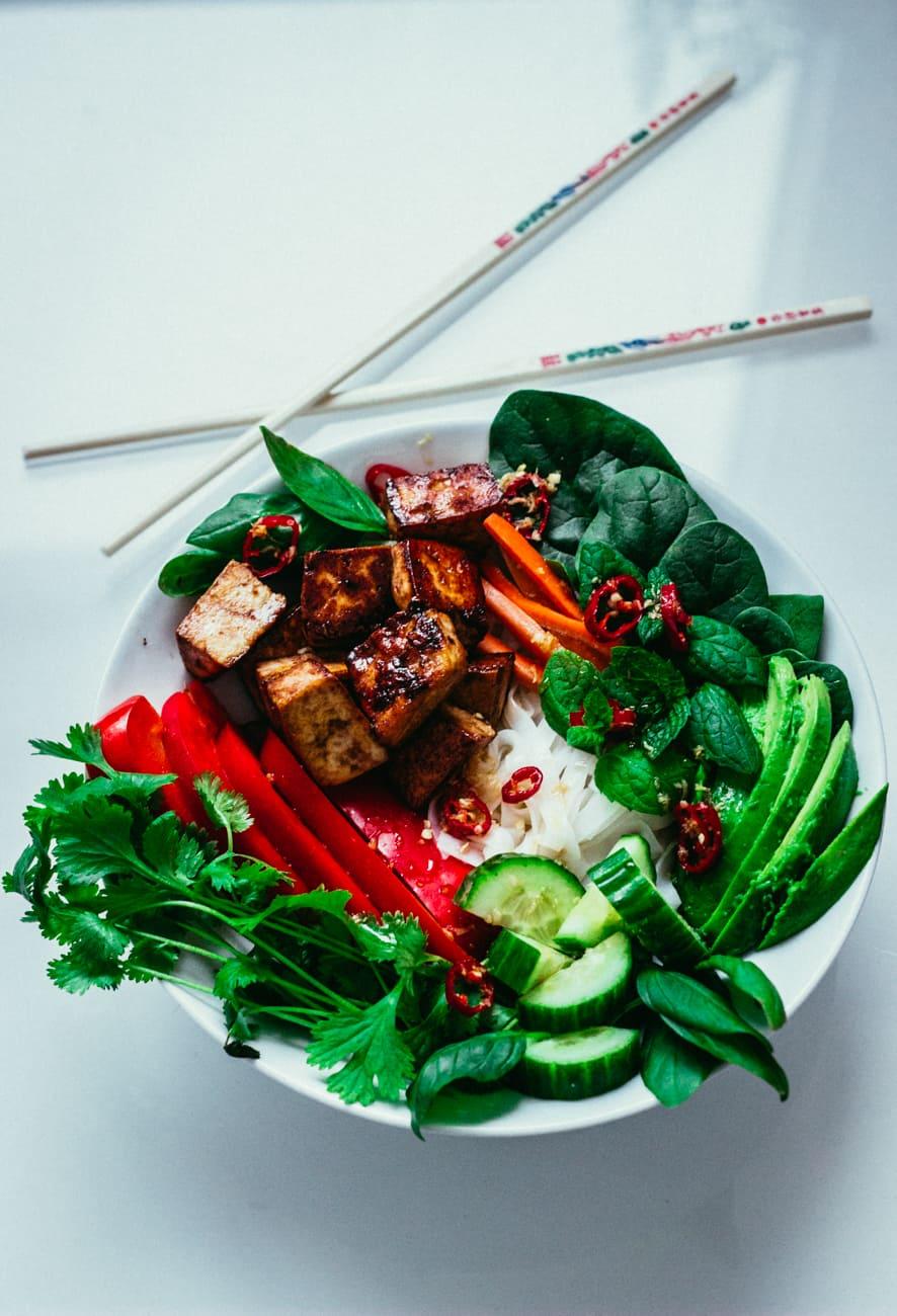Vietnamilainen nuudelisalaatti