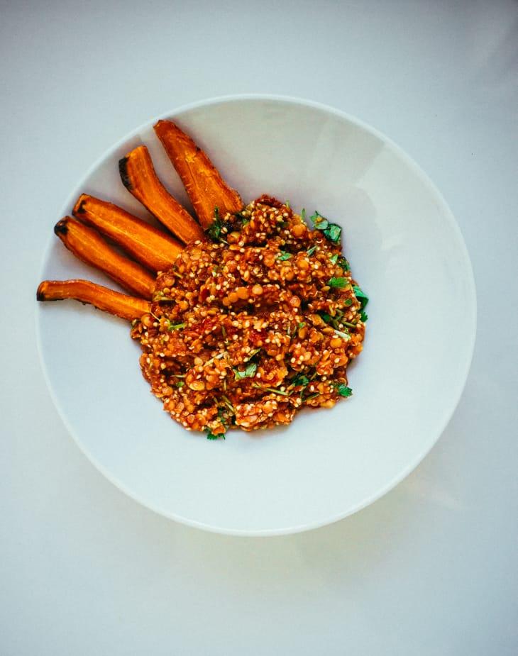 Marokkolainen kvinoa- linssisalaatti